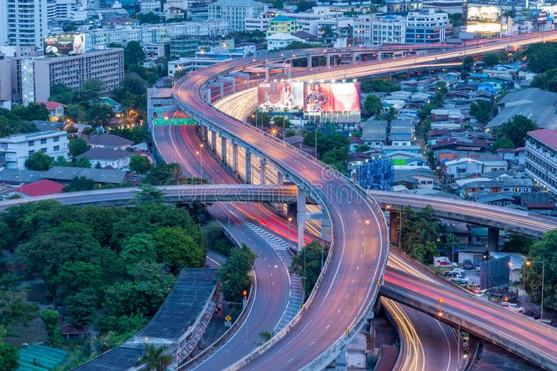 Panoramatransport och det logistiska begreppet med lastbilfartygnivån för logistisk import exporterar bakgrund royaltyfri foto