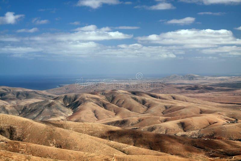 Panoramautsikt över bergen av Betancuria till Atlantic Ocean, Fuerteventura, kanariefågelöar arkivbild