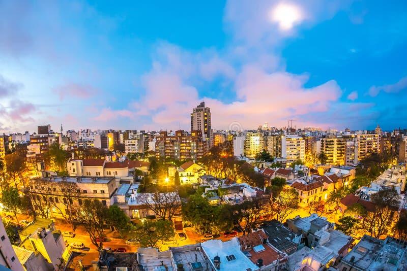 Panoramautsikt över Montevideo i Uruguay på natten royaltyfri fotografi