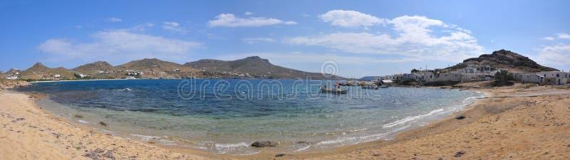 Panoramautsikt över stranden och fjärden på den grekiska ön Mykonos royaltyfri bild