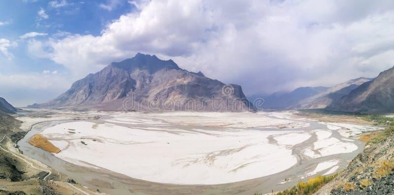 Panoramautsikt av öknen med berg och Indus River arkivbild