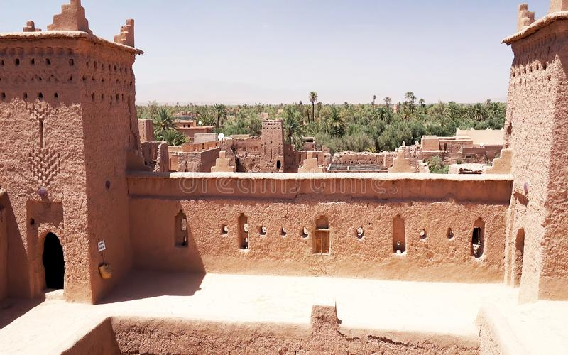 Panoramautsikt av Ait Benhaddou, en UNESCOvärldsarv i Marocko Kasbah som är ksar royaltyfria foton