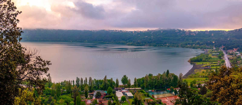 Panoramautsikt av Albano Lake eller Lago di Abano i Roman Castle eller Castelli det Romani området nära Rome i Lazio på solnedgån royaltyfri fotografi