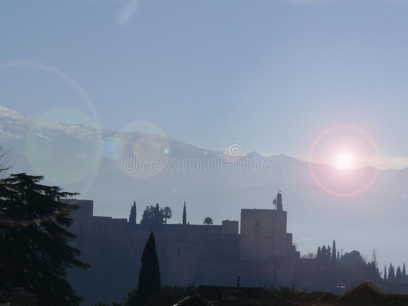 Panoramautsikt av Alhambraen och bergen royaltyfria bilder