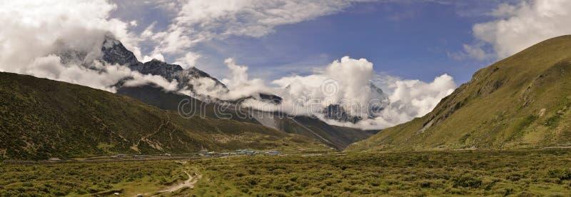 Panoramautsikt av Ama Dablam & x28; 6.812 m& x29; från Nepal royaltyfri foto