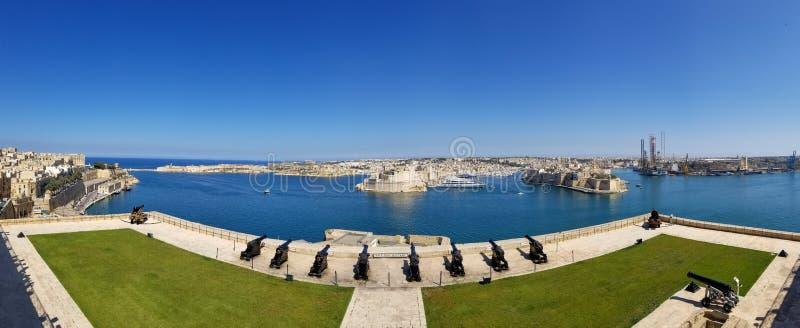Panoramautsikt av att salutera batteriet från övreBarrakka trädgårdar i Valletta arkivbild