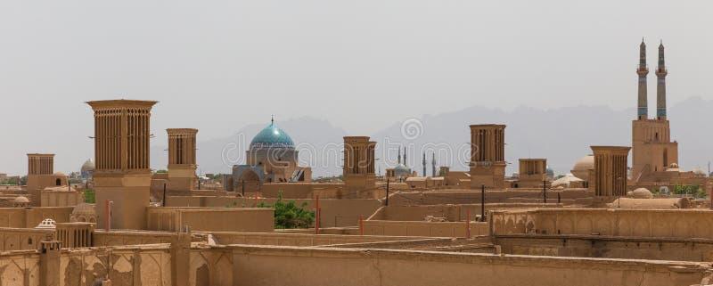 Panoramautsikt av badgirs och moskéer av Yazd arkivfoton