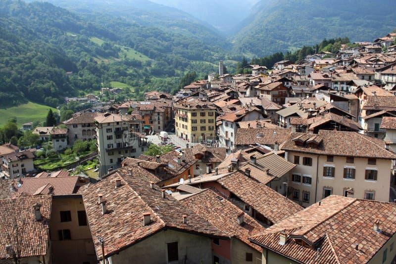 Panoramautsikt av Bagolino i nordliga Italien royaltyfria foton