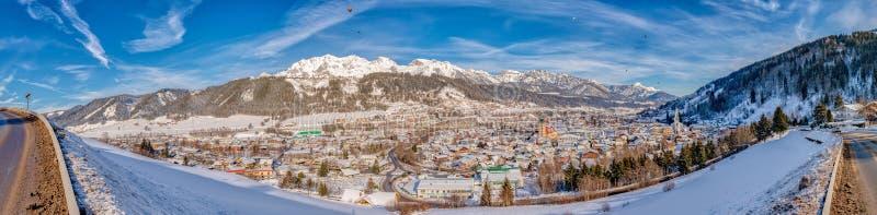 Panoramautsikt av ballonger och snö-korkade berg över Schladming, Österrike arkivbilder
