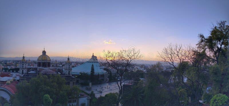 panoramautsikt av basilikan av Guadalupe i Mexico - stad på skymning royaltyfri bild