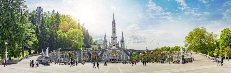 Panoramautsikt av basilikan Notre Dame i Lourdes fotografering för bildbyråer