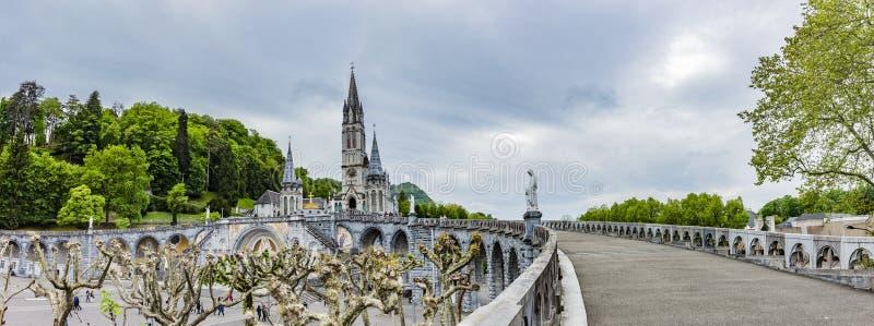 Panoramautsikt av basilikan Notre Dame i Lourdes royaltyfri bild