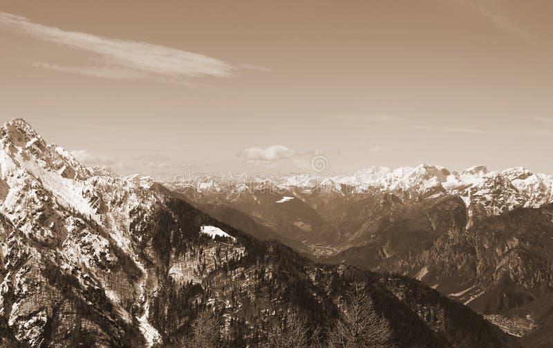 Panoramautsikt av bergskedja från den Lussari monteringen i nordligt royaltyfri bild