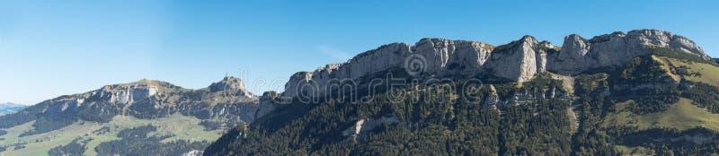 Panoramautsikt av bergskedjan av Hoher Kasten på Appenzel royaltyfria foton