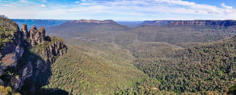 Panoramautsikt av blåa berg nära Sydney, Australien royaltyfria foton