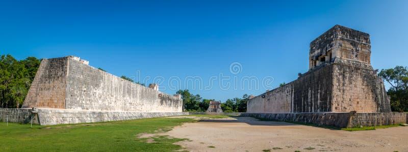 Panoramautsikt av bollspeldomstolen juego de pelota på Chichen Itza - Mexico arkivbilder