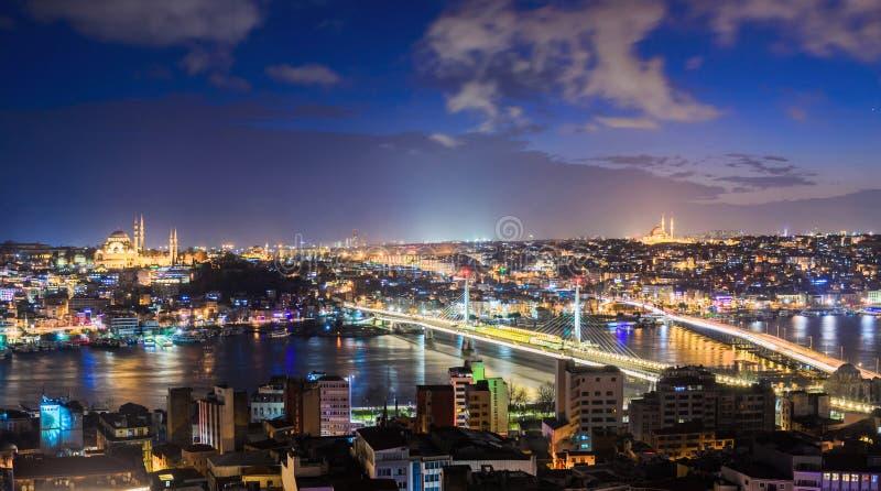 Panoramautsikt av Bosphorus med massor av upplysta broar och moskéer arkivfoto