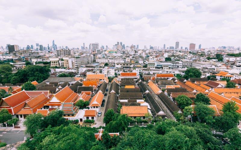 Panoramautsikt av byggnader av Bangkok från den guld- monteringen på royaltyfri fotografi