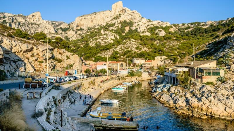Panoramautsikt av calanques de svartvinbärsläsk marseille port royaltyfri foto