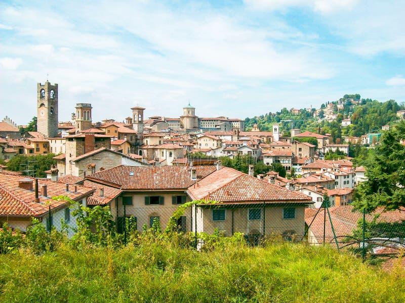Panoramautsikt av 'Cittàen Alta 'i Bergamo, Italien, i förgrunden tornet av kyrkan royaltyfri fotografi