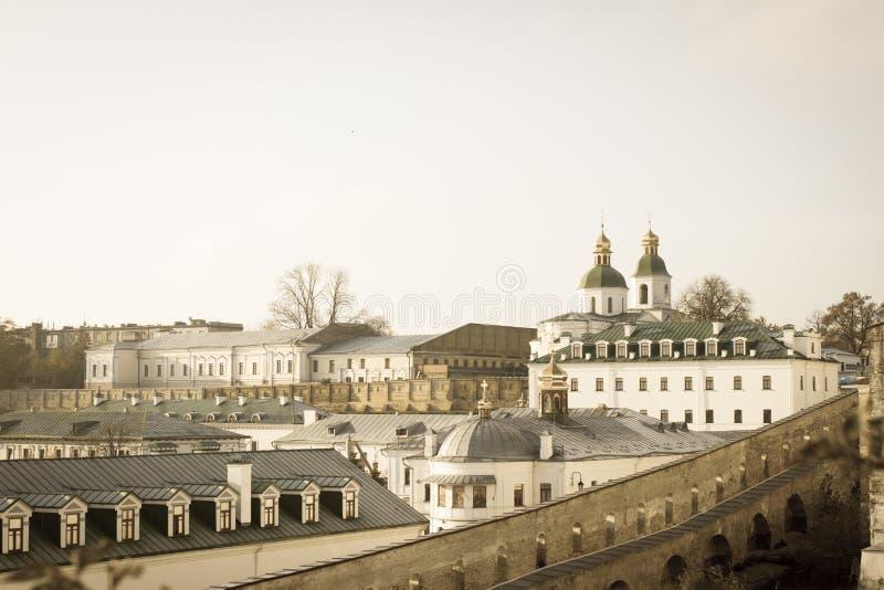 Panoramautsikt av de avlägsna och near grottorna av den Kiev Pechersk Lavra kloster i Kiev, Ukraina kiev lavrapechersk arkivbild
