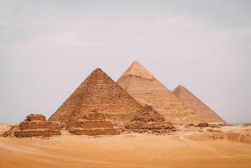 Panoramautsikt av de sex stora pyramiderna av Egypten Pyramid av Khafre, pyramid av Khufu och den röda pyramiden royaltyfria foton