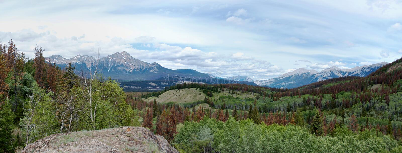 Panoramautsikt av de steniga bergen royaltyfria foton