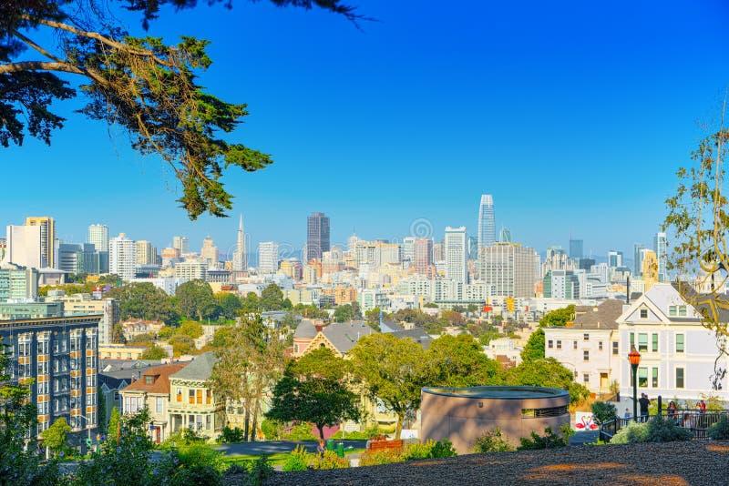 Panoramautsikt av de viktorianska husen f?r San Francisco Painted damer royaltyfri bild