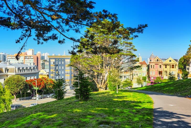 Panoramautsikt av de viktorianska husen f?r San Francisco Painted damer arkivfoton