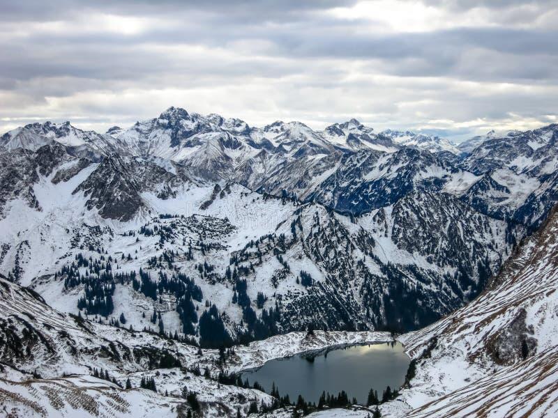Panoramautsikt av dekorkade fjällängarna och bergsjön royaltyfri fotografi