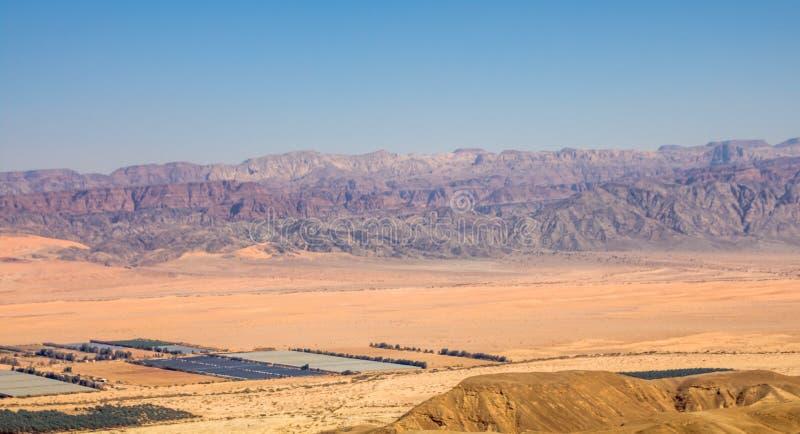 Panoramautsikt av den Arava dalen: gränsen mellan Israel till det västra och Jordanien till det öst- och Wadi Rum dräneringom royaltyfri foto