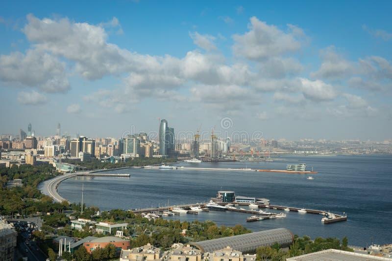 Panoramautsikt av den Baku kajen och Kaspiska havet fotografering för bildbyråer