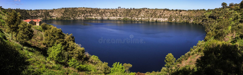 Panoramautsikt av den blåa sjön av Mt Gambier, södra Australien, Australien arkivfoton