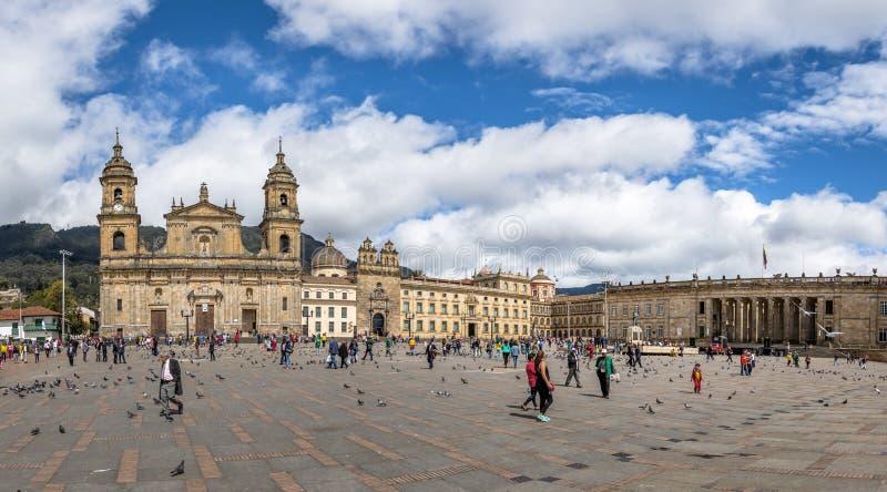 Panoramautsikt av den Bolivar fyrkanten med domkyrkan och den colombianska nationella Kapitolium och kongressen - Bogota, Colombi arkivfoton