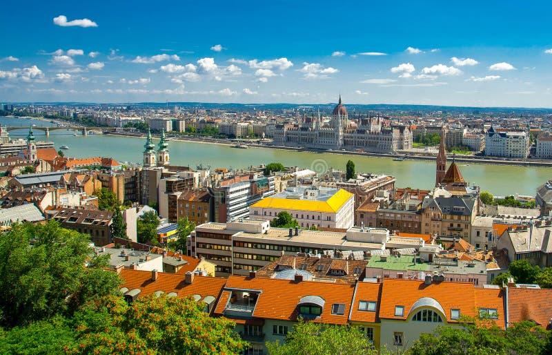 Panoramautsikt av den Budapest staden med parlamentbyggnad, i hängt arkivbild