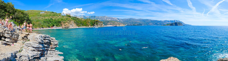 Panoramautsikt av den Budva kustMogren stranden, Budva gammal stad, Sveti Nikola Island, Montenegro royaltyfri bild