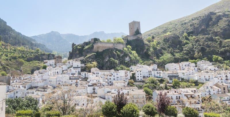 Panoramautsikt av den Cazorla byn, i toppiga bergskedjan de Cazorla, Jae royaltyfria bilder