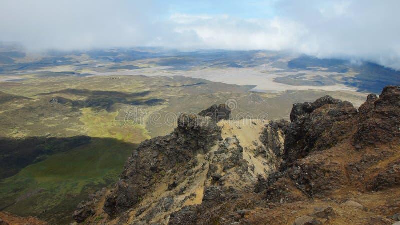 Panoramautsikt av den Cotopaxi nationalparken från toppmötet av den Ruminahui vulkan på en molnig dag arkivfoton