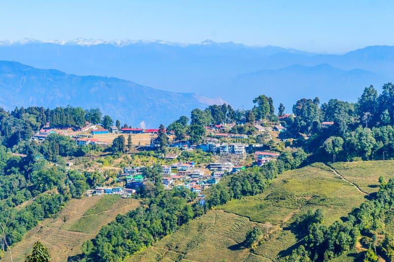 Panoramautsikt av den Darjeeling byn på elevatorn med traditionell buddistisk tibetan stilarkitektur med skogen och kullar omkrin fotografering för bildbyråer