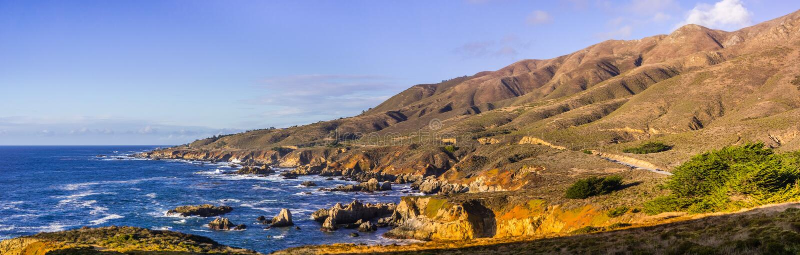 Panoramautsikt av den dramatiska Stilla havetkustlinjen, Garapata royaltyfria foton