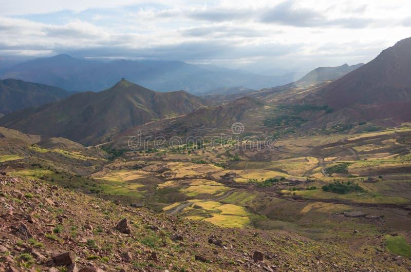 Panoramautsikt av den färgrika dalen i Marocko den höga kartbokmounen royaltyfria bilder