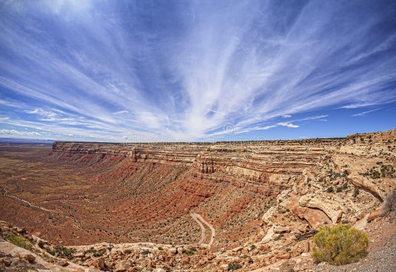 Panoramautsikt av den farliga vägen Moki Dugway i Utah fotografering för bildbyråer