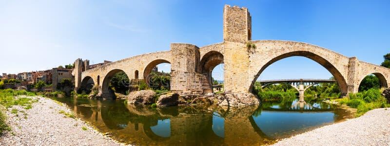 Panoramautsikt av den gamla bron över den Fluvia floden i Besalu arkivbild