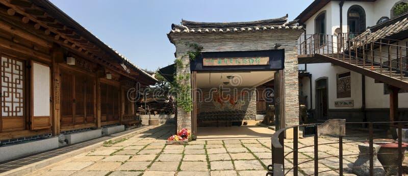 Panoramautsikt av den gamla historiska koreanska borggården i den historiska delen av Seoul royaltyfri fotografi