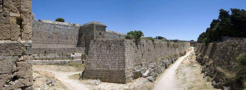Panoramautsikt av den gamla historiska väggen i den Rhodos staden på den grekiska ön Rhodos royaltyfri bild