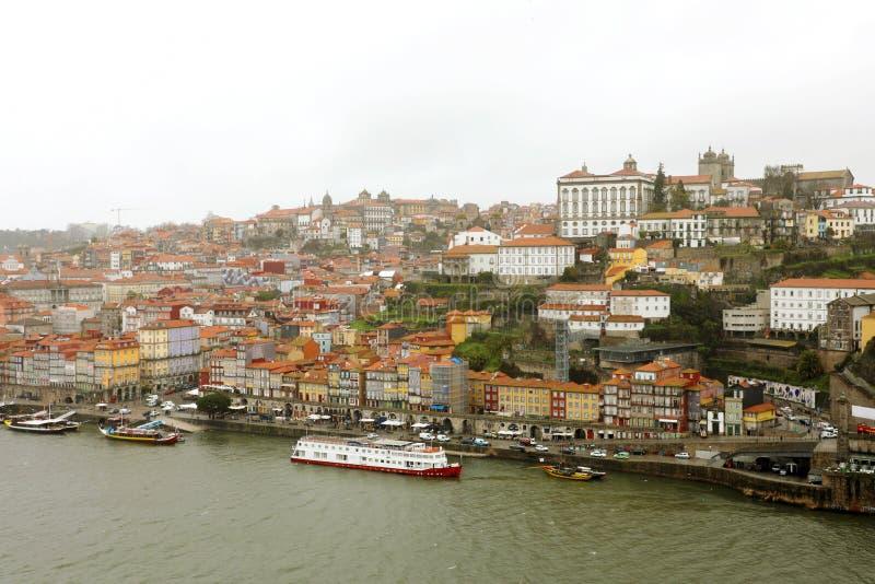Panoramautsikt av den gamla Porto Oporto staden och Ribeira över den Douro floden från Vila Nova de Gaia, Portugal royaltyfri foto