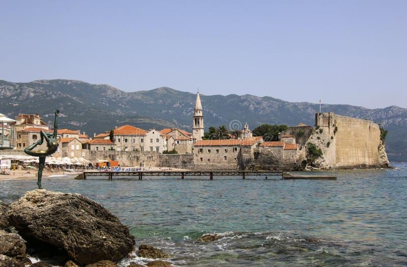 Panoramautsikt av den gamla staden Budva, en av medeltida städer på Adriatiskt havet, Montenegro royaltyfria foton