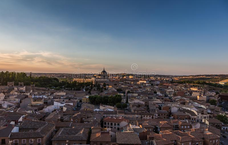 Panoramautsikt av den gamla staden på solnedgången i Toledo, Spanien royaltyfria bilder