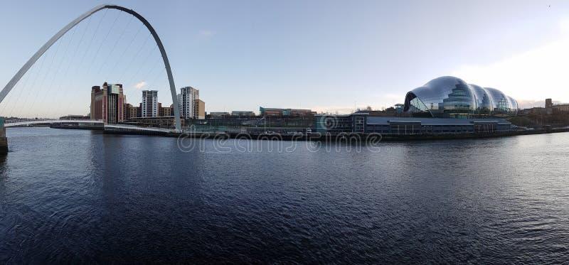 Panoramautsikt av den Gateshead kajen, milleniumbro, vis man, a arkivfoton