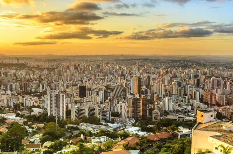 Panoramautsikt av den guld- solnedgången i staden Belo Horizonte, Brasilien royaltyfria bilder